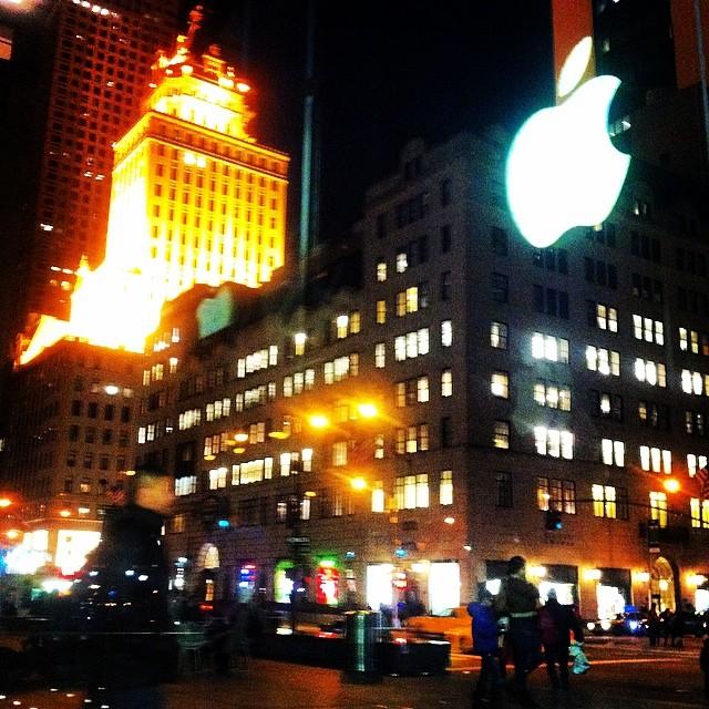 Вид из магазина Эппл на Пятую Авеню
